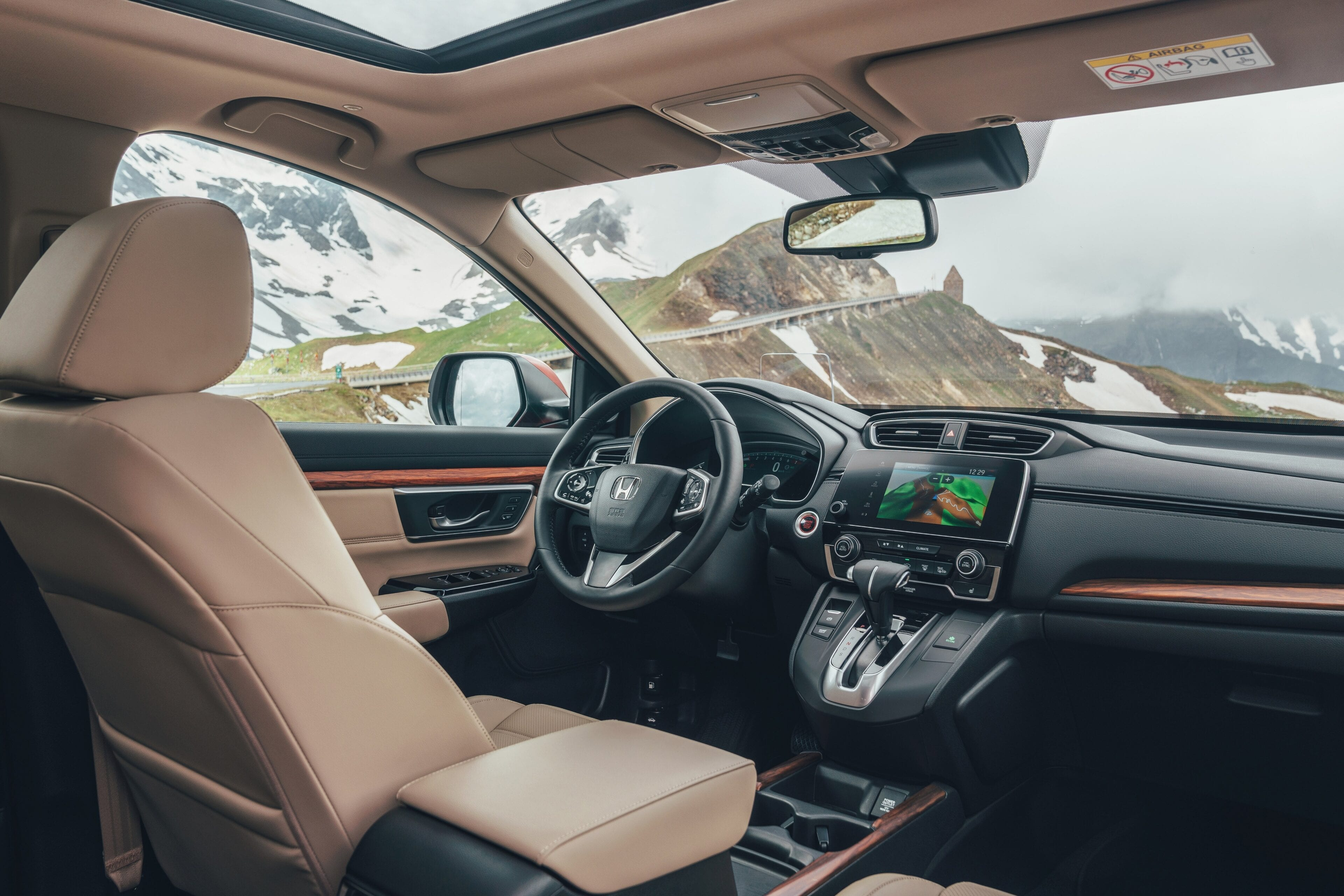 De stoere en assertieve Honda CR-V is ontworpen rond een gesofisticeerd interieur met een maximale ruimte en praktische functies voor optimale flexibiliteit.