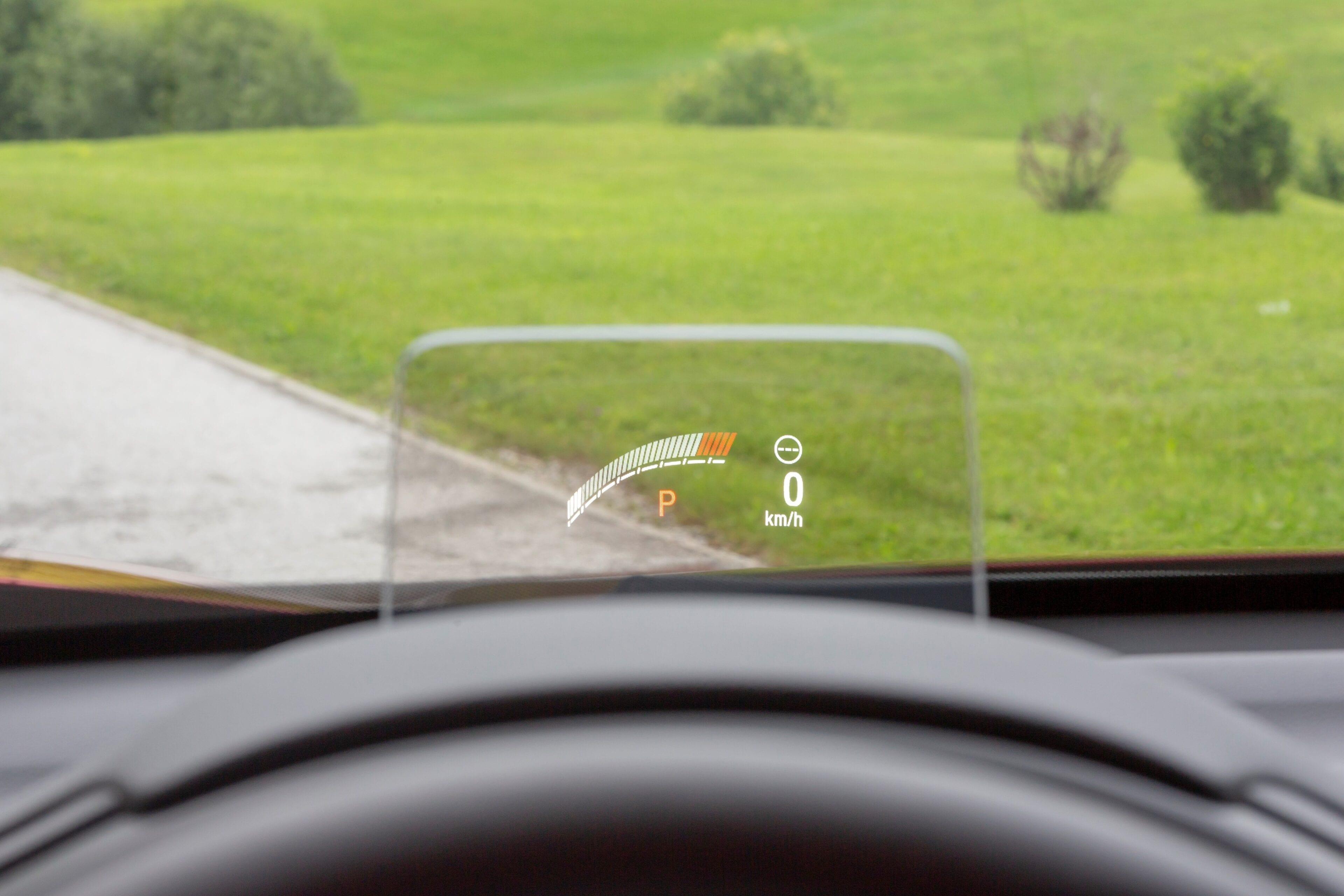 door middel van het Head-Up Display heeft u alle nodig informatie in het gezichtsveld zonder af uw ogen te wenden van de weg. Bovendien waarborgt u de veiligheid  op de weg.
