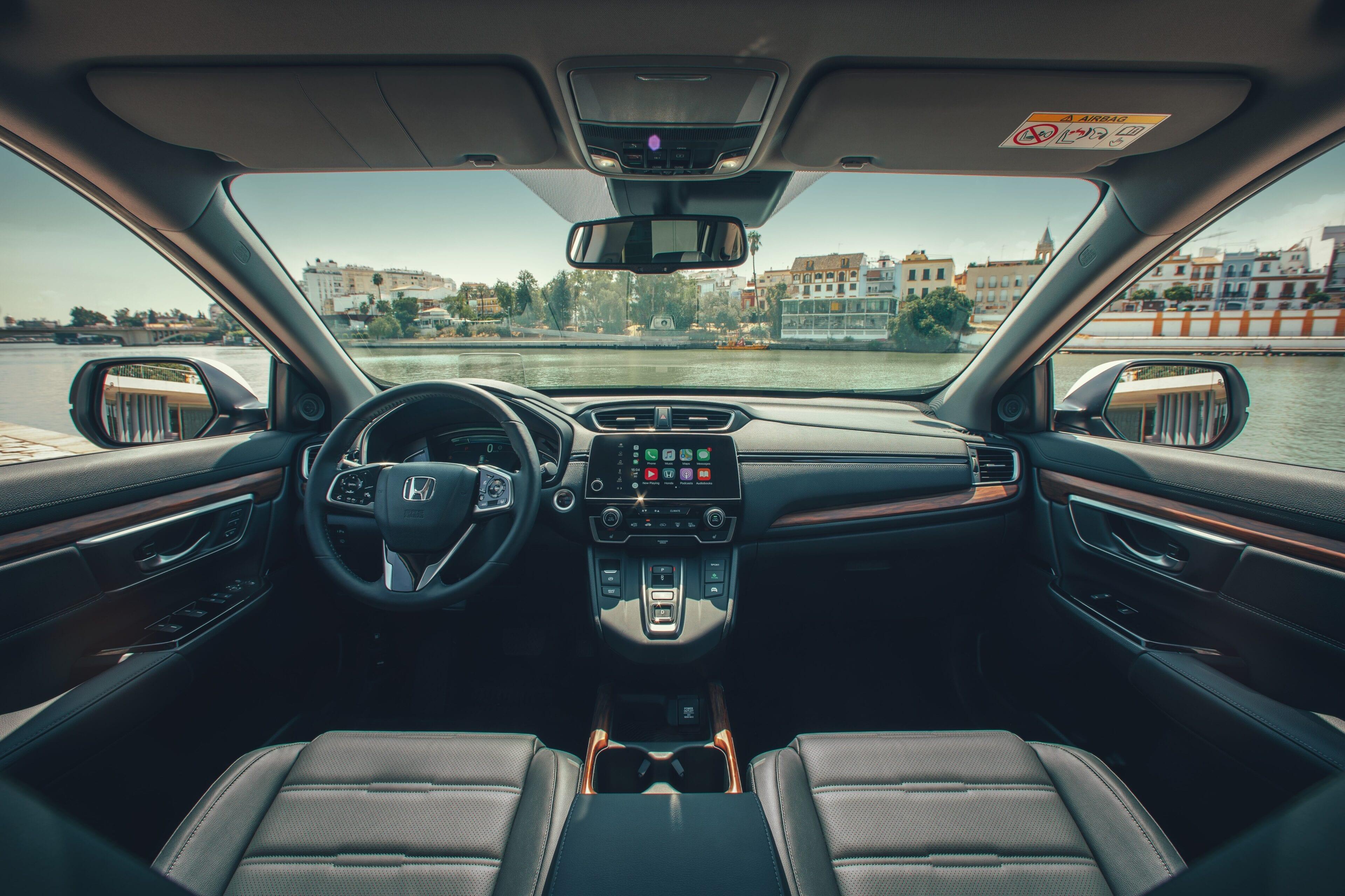 In de volledige auto vindt u stijlvol gestikte soft-touch panelen, waardoor u omringd wordt door comfort en elegantie