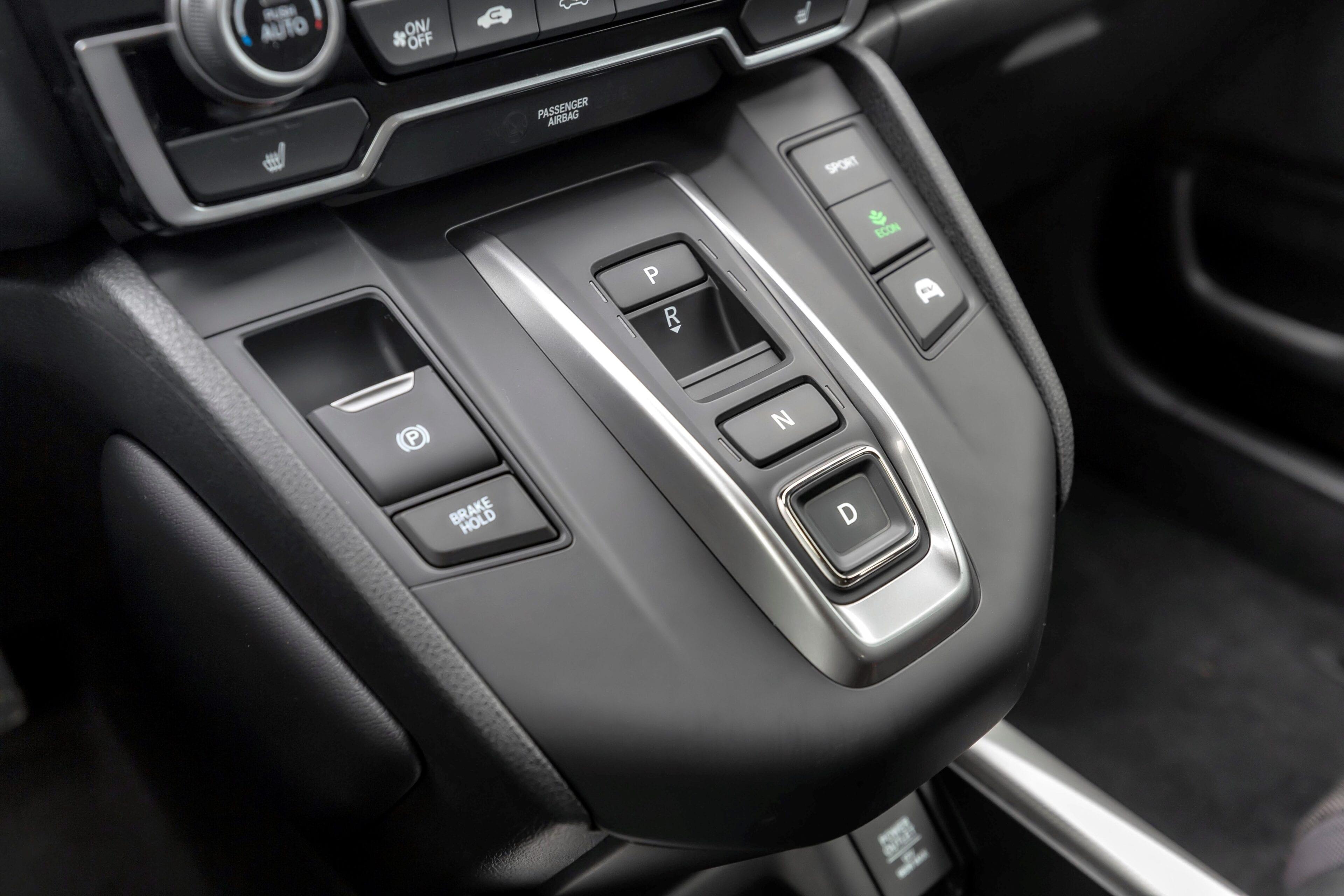 De rijdmodus selecteert u via de transmissieknop op het dashboard, hiernaast kunt u tevens uw rijmodus instellen