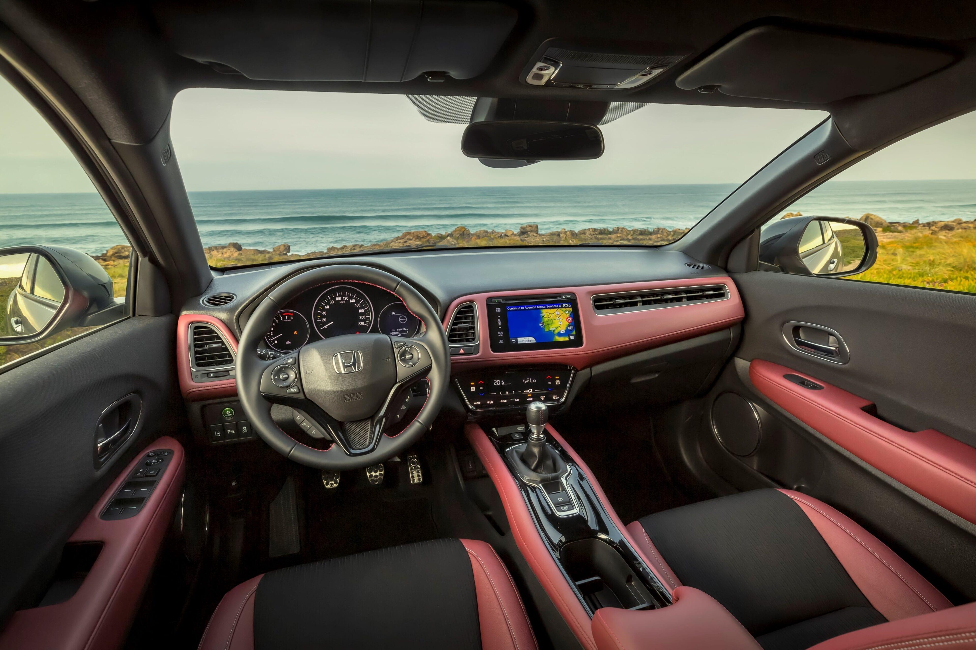 Het stijlvolle dashboard beschikt over de nieuwste technologieën, en is ongelooflijk eenvoudig in gebruik. De dubbele climate control, de elektrisch verstelbare buitenspiegels en de verwarmde voorstoelen
