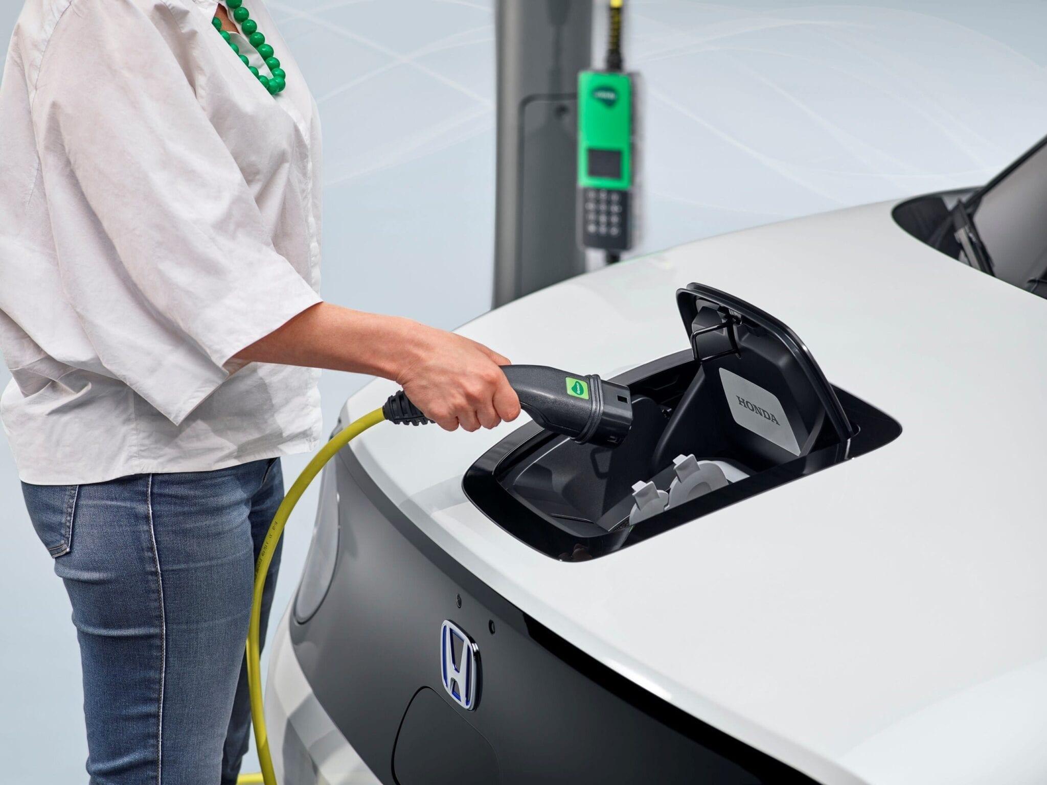Het oplaadpunt van de Honda e is ingebouwd in de motorkap en dus zeer gemakkelijk bereikbaar. De bestuurder kan de status van de oplaadbeurt duidelijk zien via een LED.