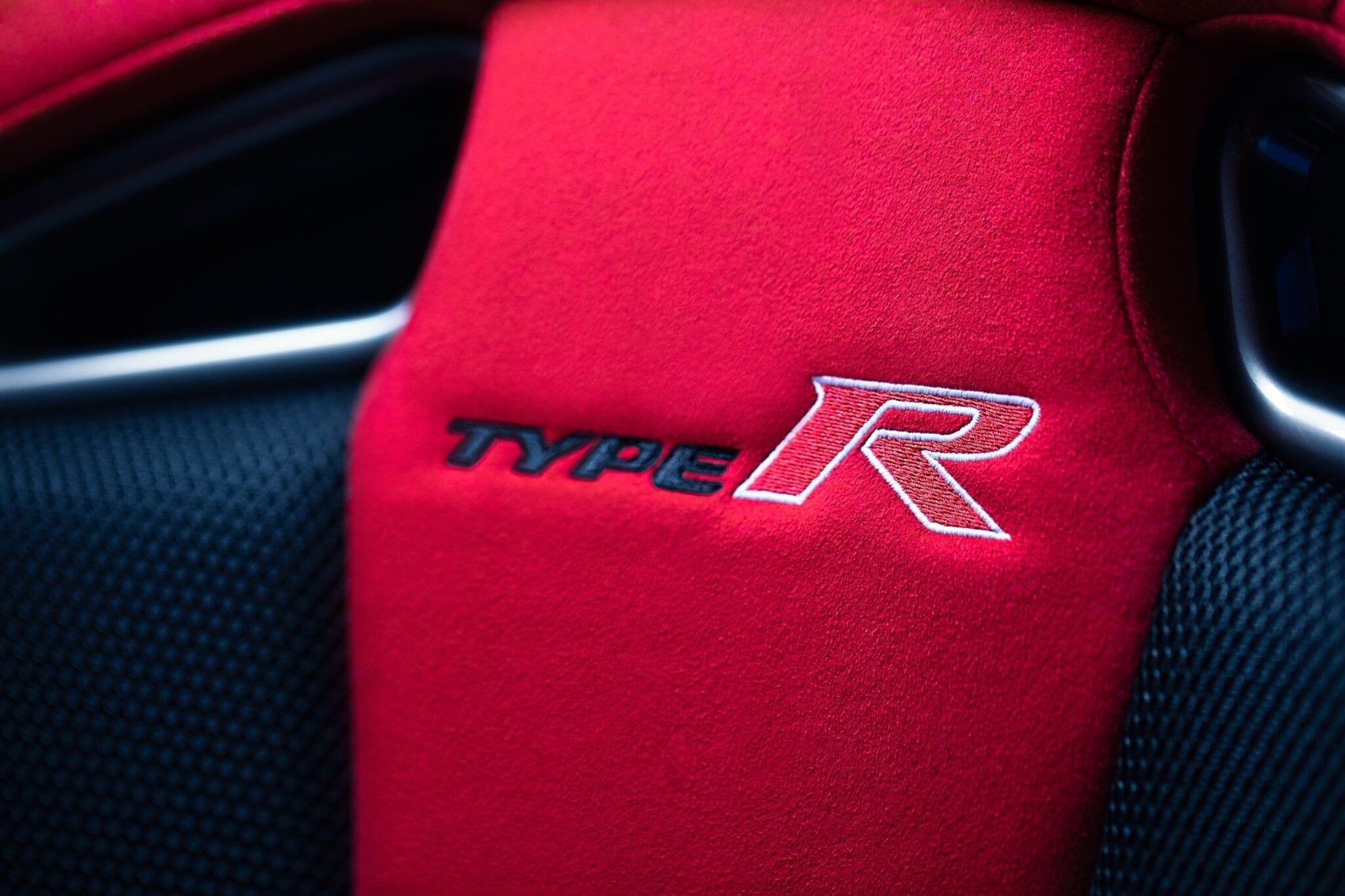 Ze zijn afgewerkt in rode en zwarte stoffen bekleding in suèdelook met rode dubbele stiksels en bieden uitstekende ondersteuning voor sportieve uitjes en superieur comfort voor de dagelijkse ritjes.
