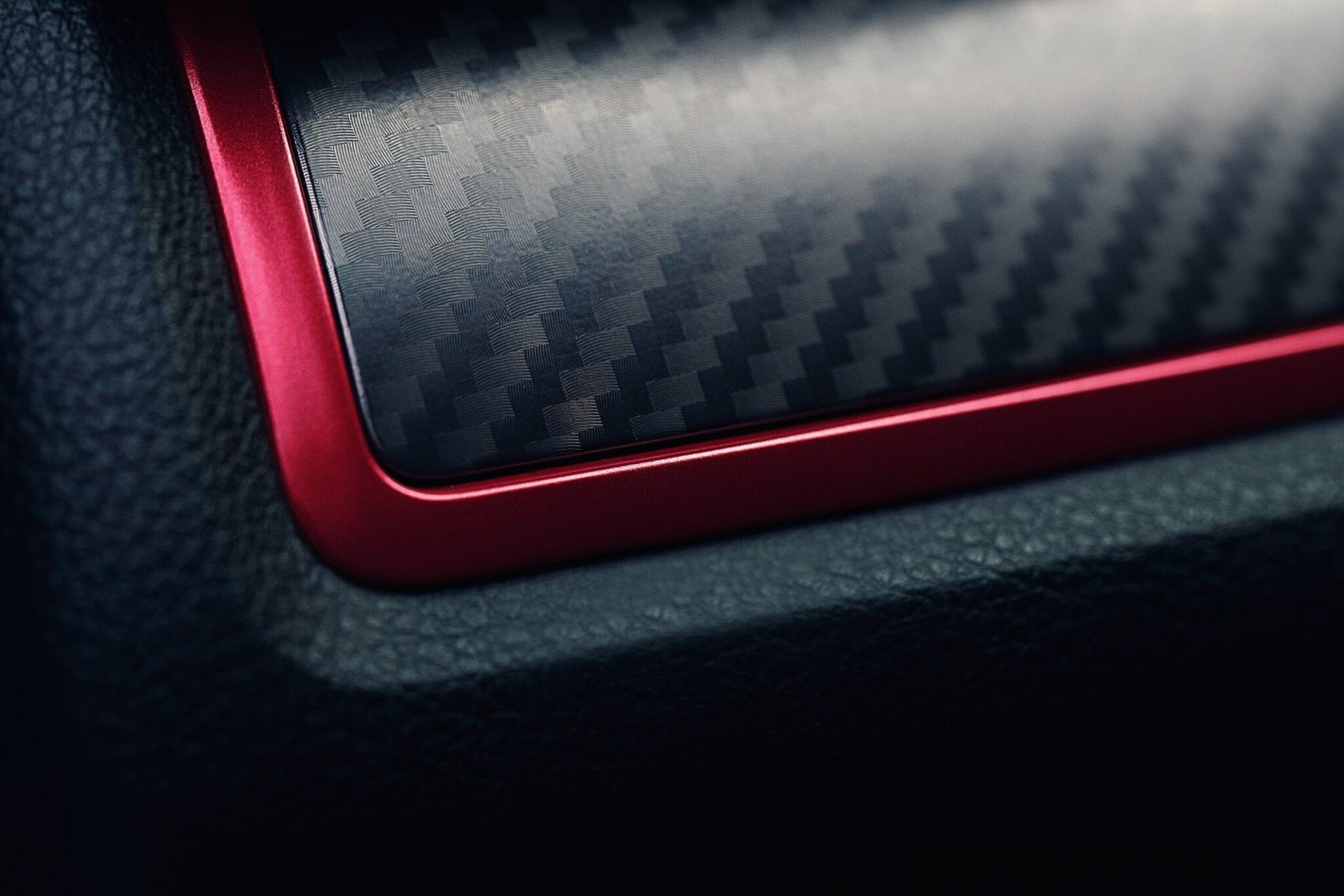 Het dashboardpaneel bevat een middenelement van carbon en een dunne rode rand eromheen – exclusief voor de Type R.