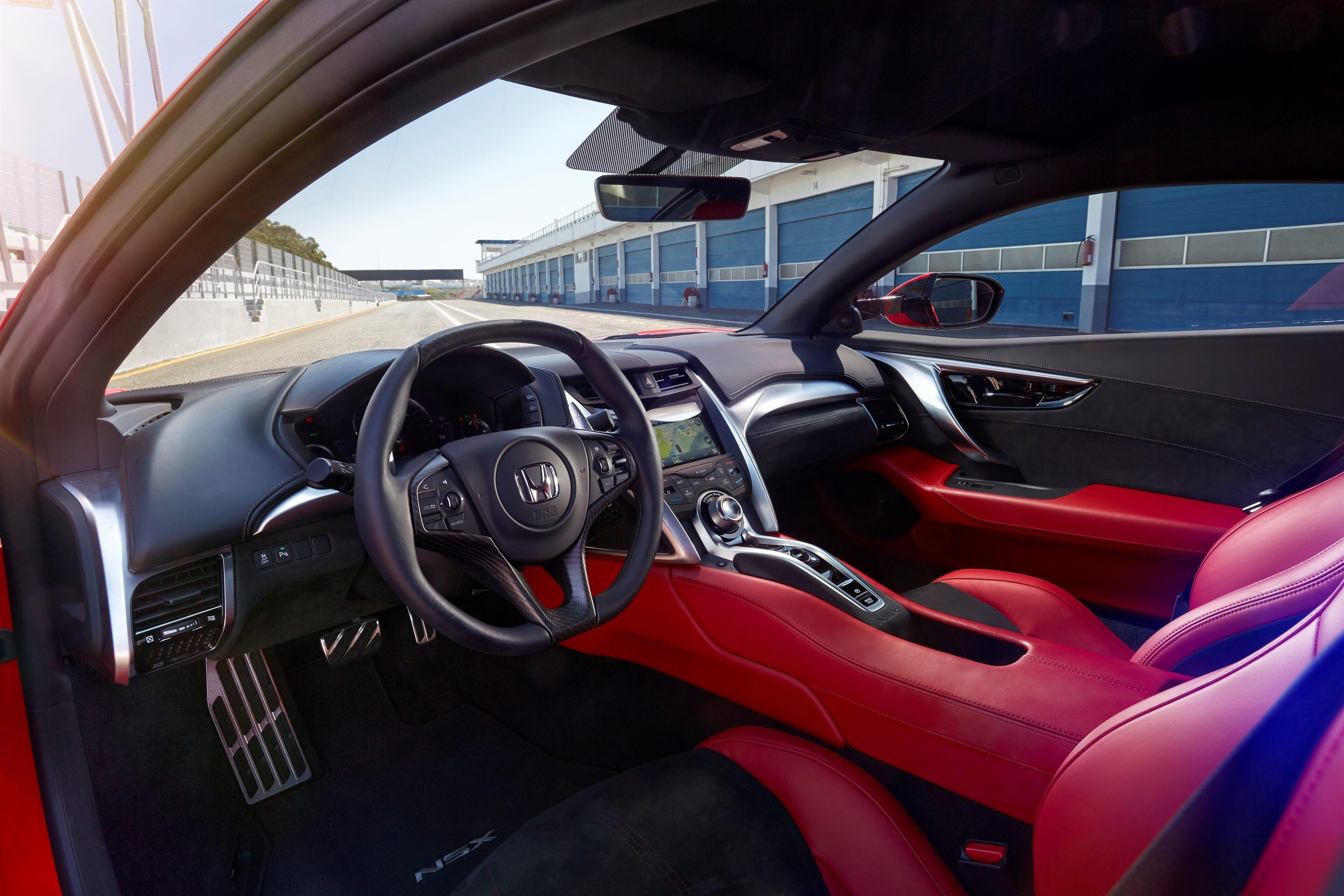 Door nauwgezette voorbereiding en geavanceerde technologie is de bestuurder in elk opzicht volledig verbonden met de NSX.