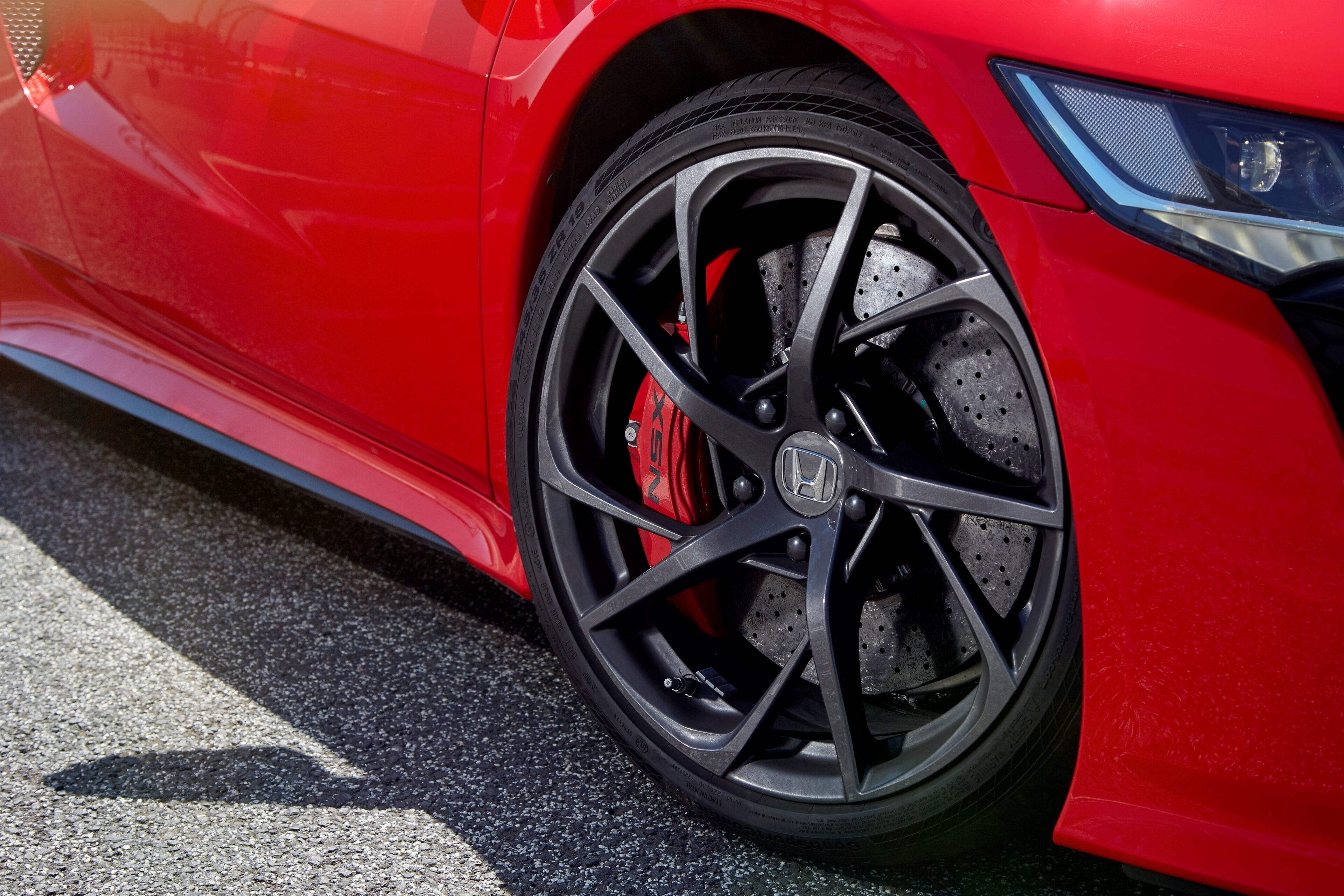 Ook deze lichtgewicht, opvallende wielen worden met de hand gemonteerd en zijn exclusief voor de NSX.