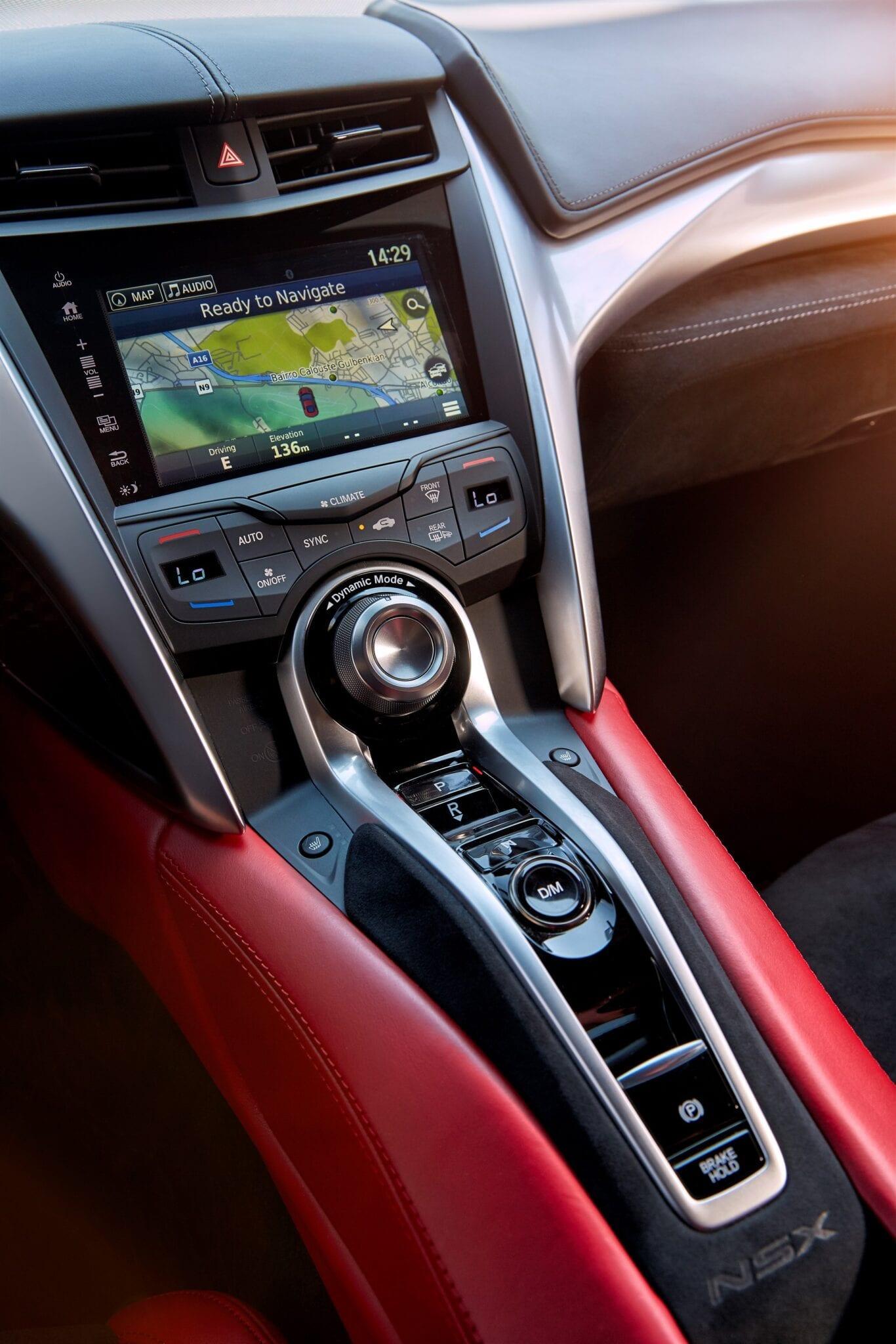 De bestuurdersgerichte cockpit plaatst u in het hart van de NSX rijervaring, waar u direct bent verbonden met een selectie van vier dynamische rij-instellingen.
