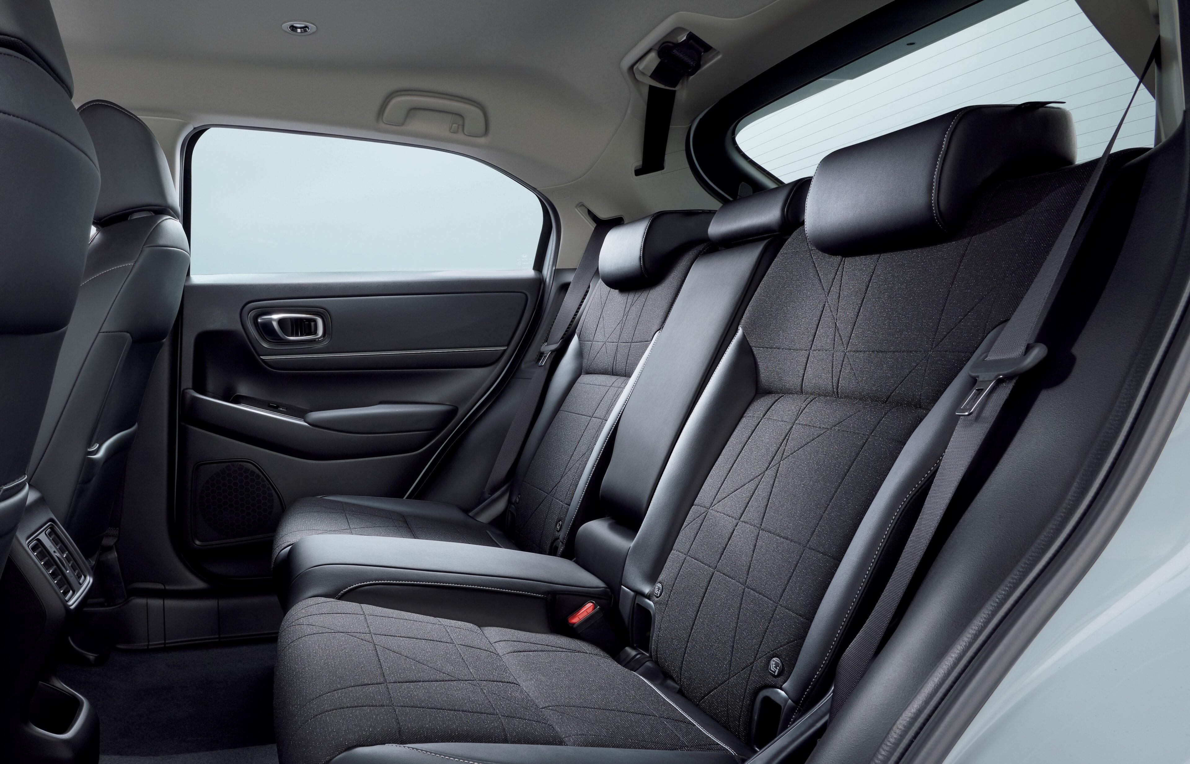 Dankzij Honda's compacte, geïntegreerde aandrijflijntechnologie en centrale tankindeling behoudt de nieuwe HR-V ook de veelzijdige Magic Seats die 'volledig platte' of 'omhoog geklapte' stoelflexibiliteit bieden, afhankelijk van de benodigde laadruimte.